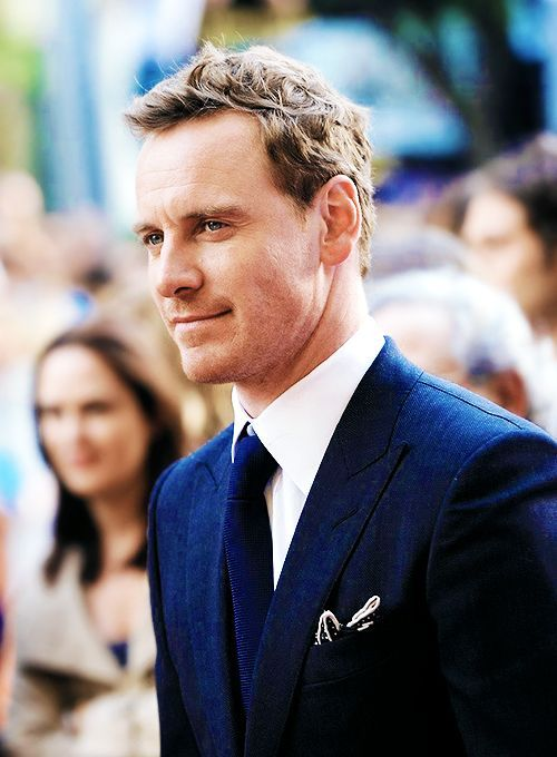 I love a good blue suit on men, totally sexy!