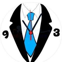 Her zaman şık olan babanıza kendisi gibi şık bir hediye vermek ister misiniz? Kravat Tasarımlı Duvar Saati hem çok şık hem de esprili bir saat. Üzerinde gömlek, kravat ve ceket olan Kravat Tasarımlı Duvar Saati iş yerlerindeki kıyafet yönetmeliklerinden nasibini almış gibi gözüküyor değil mi?