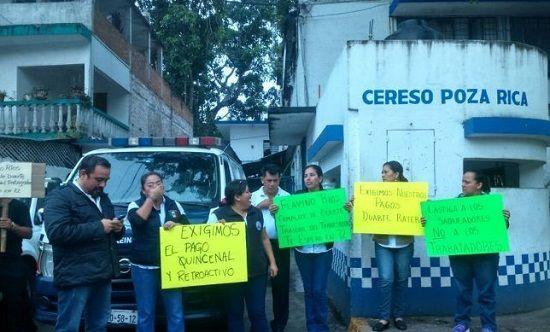 Protestan empleados del Cereso de Poza Rica - http://www.esnoticiaveracruz.com/protestan-empleados-del-cereso-de-poza-rica/