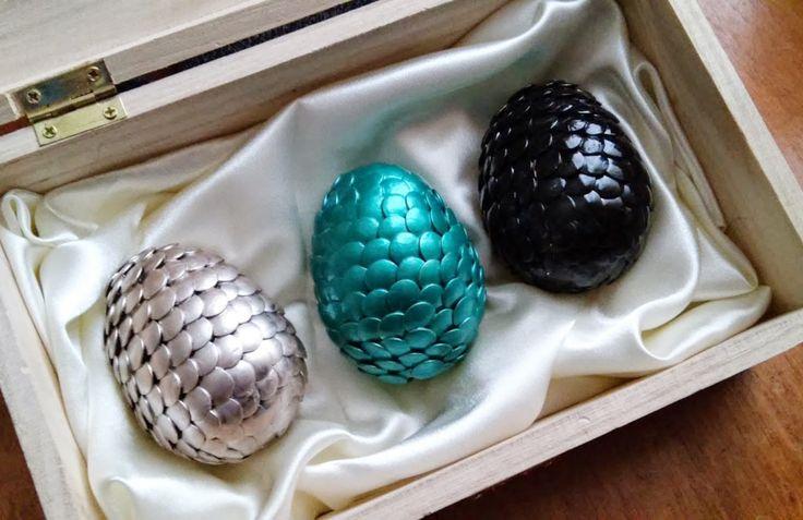 A ideia original desses ovos de dragão é para a Páscoa - mas nada impede que você enfeite sua árvores de Natal com eles. Com certeza vai agradar a qualquer fã de Game of Thrones.