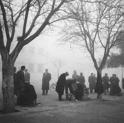 Λάρισα. Οι στιλβωτές στην κεντρική πλατεία (1950)