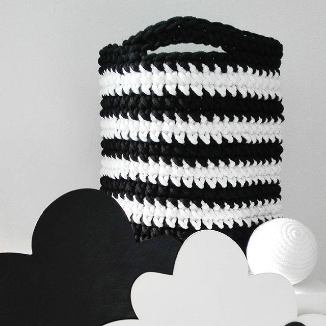 Chmurki, kosz i kule. Czarno-biały komplet :-) #pokojniemowlecy #babyroom…