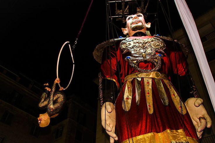 En la obra participa la marioneta  gigante móvil Salvador de más de 9 metros de altura y también Caballo Real de 6 metros de altura. Cuando este  se eleva sobre los cuartos traseros, la escultura Gigante Salvador nos adentra en la historia, y los  vínculos entre  la antigua ciudad de Akra Leuka  (Alicante) y el Mediterráneo.