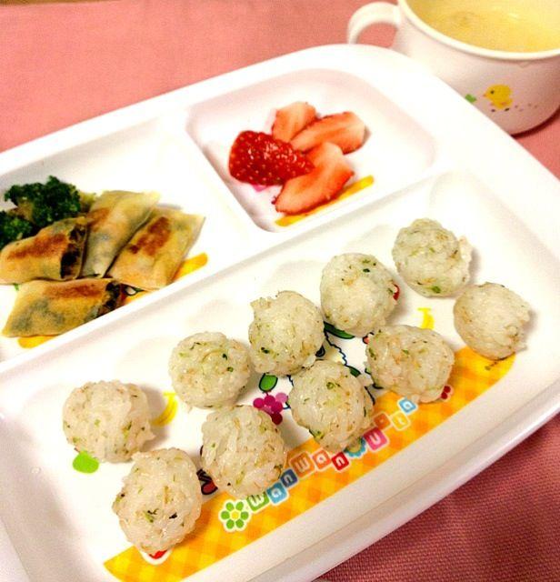 緑黄色野菜とツナの春巻・大根とタラのスープ・カブの葉ふりかけのおにぎり・イチゴ - 4件のもぐもぐ - 離乳食後期 by かおり