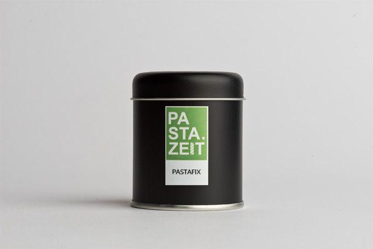 """Du liebst es schnell? Perfekt! Dürfen wir vorstellen: """"Pastafix"""" von Pastazeit ist eine einmalig harmonische mediterrane Gewürzmischung von Knoblauch und Chilis mit italienischen Kräutern. Wie der Name schon verrät, einfach mit etwas Olivenöl und Nudelwasser anrühren und über die fertig gekochten Nudeln träufeln.  #gewürz #scharf #pastazeit #gewürzstreuer #vegan #glutenfrei #paprika #edelsüß #pfeffer #oregano #knoblauch #koriander #rosmarin #basilikum #petersilie #kümmel #meersalz #dose…"""