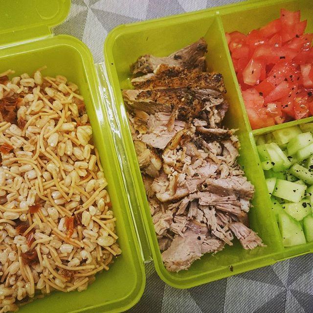 Orkisz, makaron vermicelli, suszone pomidory, kaczka, warzywa.  ____________________________________ #lunchbox #dopracy #pudełka #healthybox #concretus #czystamicha #fitfood #orkisz #vermicelli #duck #warzywa #vegetable #eatclean #healthyfood #zdrowejedzenie #smacznieizdrowo #nawynos #najutro  #pomidor #ogórek #jedzenie #fitjedzenie #smacznego #pyszne #eatrealfood #homemadeishappiness #wiemcojem #trendylunch #szamka
