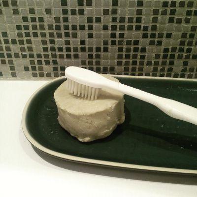 Dentifrice solide vegan •30 g de bicarbonate de soude – utilisez du carbonate de calcium (aussi appelé blanc de Meudon) si vous avez les gencives particulièrement sensibles •10 g d'argile blanche ou verte – qui permet d'assainir la dentition •10 g d'huile végétale de coco •40 gouttes d'huile essentielle de tea tree.