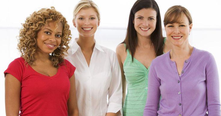 """O que é um traje """"smart casual"""" para mulheres?. Trajes """"smart casual"""" para mulheres são adequados para sextas-feiras casuais no trabalho, reuniões de final de semana ou quando a ocasião não pede especificamente trajes de negócios. Esse tipo de roupa veste bem e as peças podem ser misturadas e combinadas com outras que você já possui."""