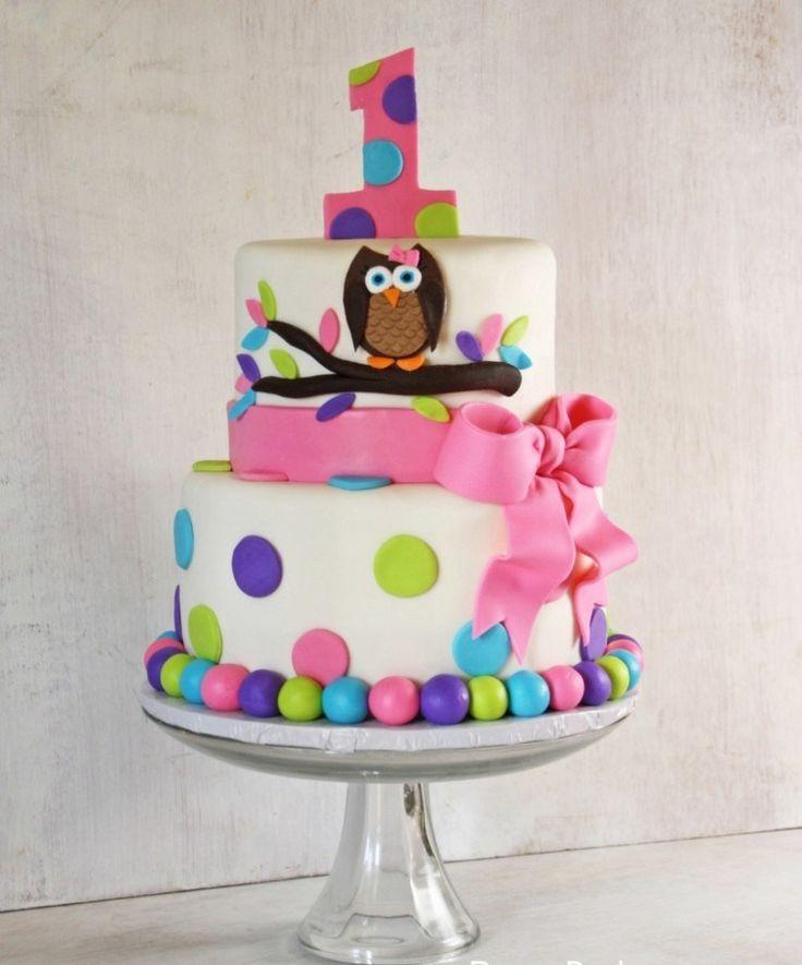 gâteau bébé fille blanc décoré d'un ruban rose, hibou et pois sucrés
