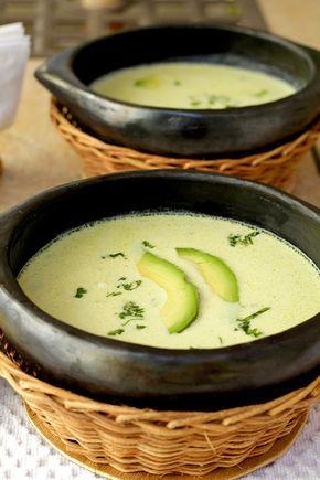 Rica y diferente manera para consumir el aguacate. Una receta muy simple, con ingredientes frescos. Queda con un lindo color, espesa y deliciosa! www.antojandoando.com