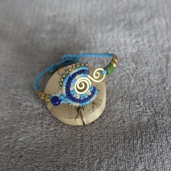 bracelet femme tissé macramé longueur max: 19 cm largeur centrale: 3 cm tissage macramé au fil ciré perles et motif en laiton la couleur des petites perles peut varier selon le modèle. ce bracelet est entièrement réalisé a la main.