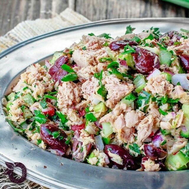 A salada de atum com vinagrete de mostarda é a pedida ideal para uma refeição leve e nutritiva! :) Para o vinagrete, você vai precisar de 2 colheres de chá de mostarda dijon, suco e raspas de 1 limão, 1/3 xícara de azeite, sal e pimenta do reino a gosto. Para a salada, você vai precisar de 3 latas de atum em conserva, 2 talos de aipo picados, 1/2 pepino picado, 4 rabanetes picados, 3 cebolinhas picadas, 1/2 cebola finamente picada, 1/2 xícara de azeitonas pretas sem caroço, 1 ramo de salsa…