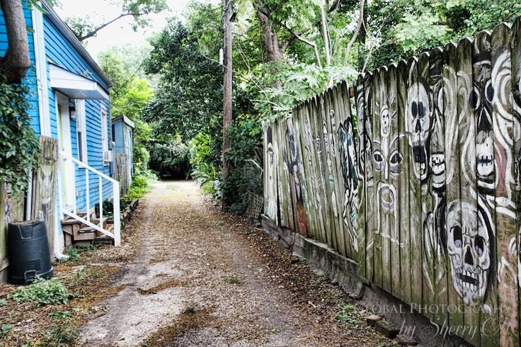 """Rosalie Alley – home of New Orlean's Voodoo priestess. Image from http://www.ottsworld.com/ blog, """"48-hours in New Orleans."""""""