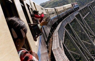 Een treinrit tussen de steden Mandalay en Lashio myanmar