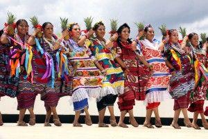 Baile de la Piña, durante la fiesta de la Guelaguetza en Oaxaca.  @cavatequila  cavatequila.com.mx