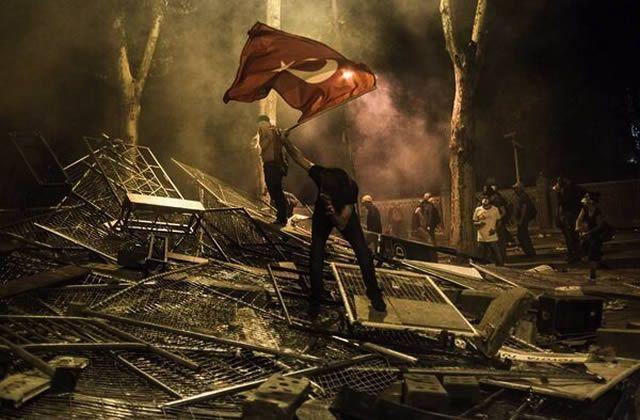 Depuis ce mardi 28 mai, la contestation et les manifestations prennent de l'ampleur et sont violemment réprimées en Turquie. D'où vient ce soulèvement ? Que se passe-t-il à Istanbul ? Explications. Tout ça pour des arbres… Au départ, c'est un parc situé à côté de la place Taksim qui est au coeur du débat. En [...]