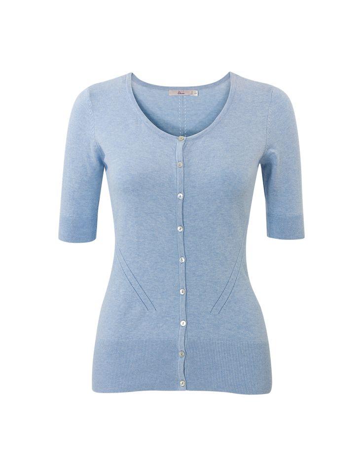 Blauw vest met halflange mouwen en een ronde hals. Sluit met knoopjes. #MissEtam