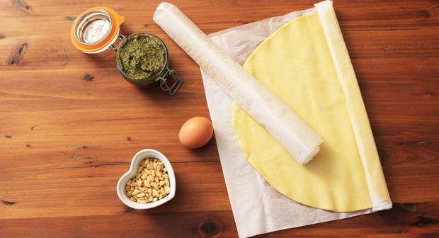 Les ingrédients pour une tarte soleil, La liste des courses pour réaliser la tarte soleil pesto-pignons :- 2 pâtes feuilletées prêtes à dérouler- 160 g de pesto vert- 60 g de pignons- 1 oeuf
