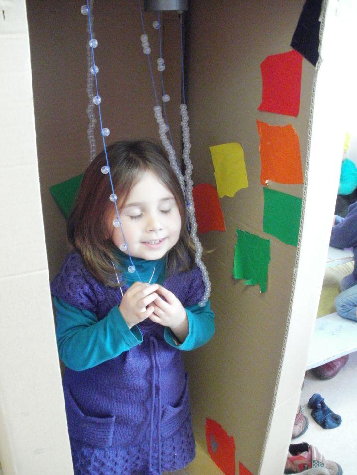 douche maken: grote doos, pareltjes rijgen, papiertjes knippen ter grote van tegels (meten) en in de douche kleven