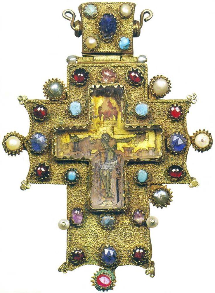 КРЕСТ НАПЕРСНЫЙ XVI век. Псков. Серебро, золочение, скань, аметисты, горный хрусталь, бирюза, альмандины, жемчуг, перламутр. 14х10х1,3 см. Крест является уникальным образцом псковской работы XVI в