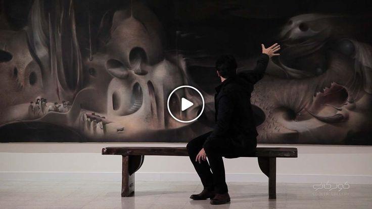 وحید چمانی در آخرین نمایشگاه اش در گالری اثر، پروژهی اسید آمینهها را که از سال 1385 شروع کرده بود، ادامه داده است. او برای پاسخ به سوالی که مطرح کرده، شکل قسمتهایی از زندگیاش را تغییر میدهد و سعی میکند به هنر و هنرمند قاجار نزدیکتر شود و برای پیدا کردن جواب سوالاش، تصمیم میگیرد در قالب یک نقاش قاجار زندگی کند. نوع پوشش، شکل زندگی و حتی دکوراسیون اتاقاش راقجری میکند و با موسیقی، کتابها و عکسهای آن دوره زندگی میکند.
