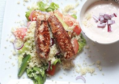 Kebabfärs med couscous, vitlökssås & sallad