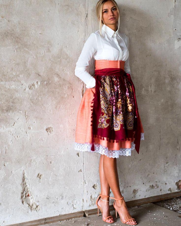#7dresses #original #trachtenmiederrock #trachtenrock #oktoberfest #madl #businesslook #tracht #dirndl #dirndlliebe #wiesn2017 #red #folkstyle #blonde #model #beautiful #bavarianbeauty #wow #onlineshop #bayern  BUSINESS MIT FOLKLORE GEHT NICHT!!! GEHT DOCH UND WIR FINDEN ES ENTZÜCKEND  @7dressesshop @piruschka1 @rena.luu @mrsrosesred @kaati0 @buntestun