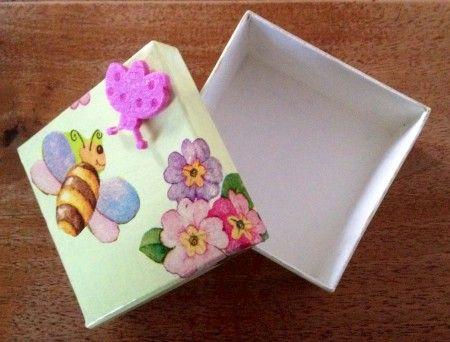 scatolina decorata a decoupage con applicazione di una coccinella in feltro. Dipinta a mano sia internamente che esternamente.