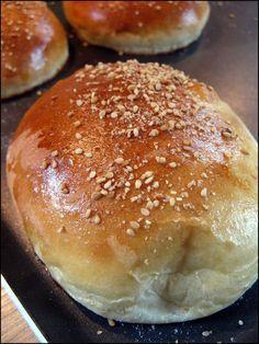 pain burger / hot dog rapide. Parfaits et légers. Mettre moitié moins de levure. Une 1ere poussée au four à 40° pendant 1/2h sous un torchon humide puis faconnage et 2ème poussée idem.