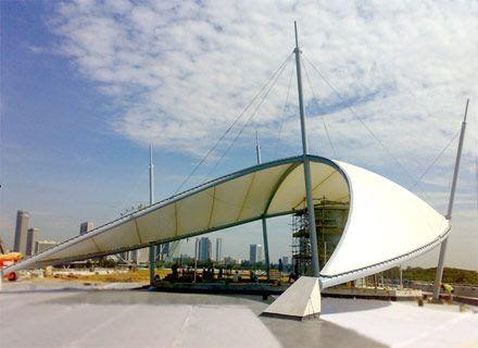Tenda membrane futuristik di ruang publik