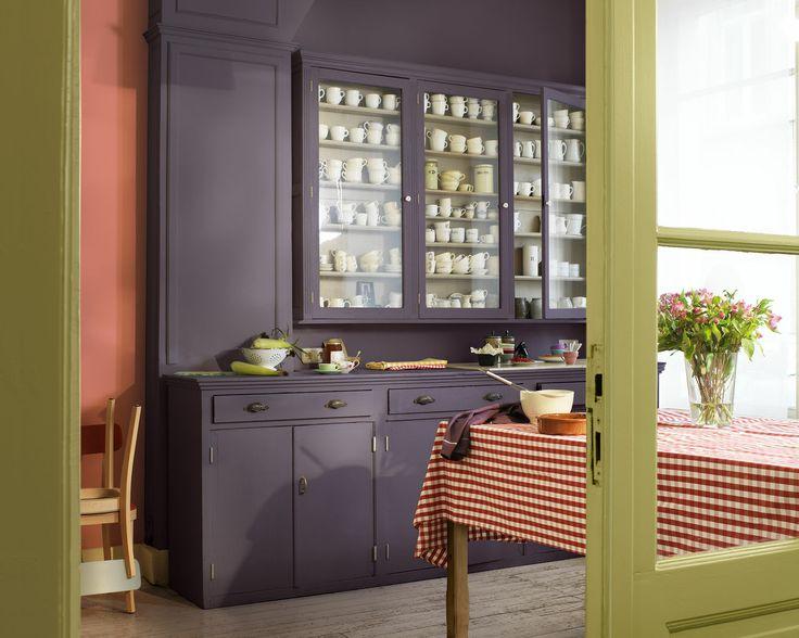 Modernisez votre salle à manger traditionnelle. Actualisez une salle à manger traditionnelle en lui donnant un look frais et contemporain avec de riches teintes de baies rouges, de prune et de vert acidulé.