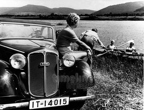Wochenendausflug mit Auto und Faltboot, 1936 Timeline Classics/Timeline Images #1930er #1930ies #Familie #family #historisch #historical #Urlaub #Ausflug #Kinder #Eltern #Mutter #Vater #Sommer #Sonne #paddeln #Paddelboot #familyday #Auto