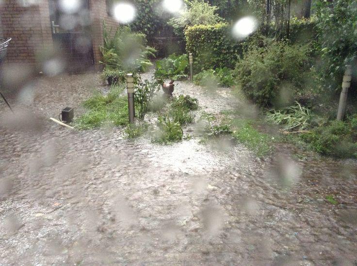 En het bleef maar regenen en hagelen. Het lawaai hoor je niet, maar was erg angstaanjagend.