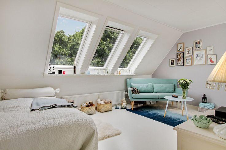 No hay duda de lo que tan solo una pieza de mobiliario puede hacer en una habitación, este pequeño sofá color mint es el centro de las miradas de este coqueto ático individual.