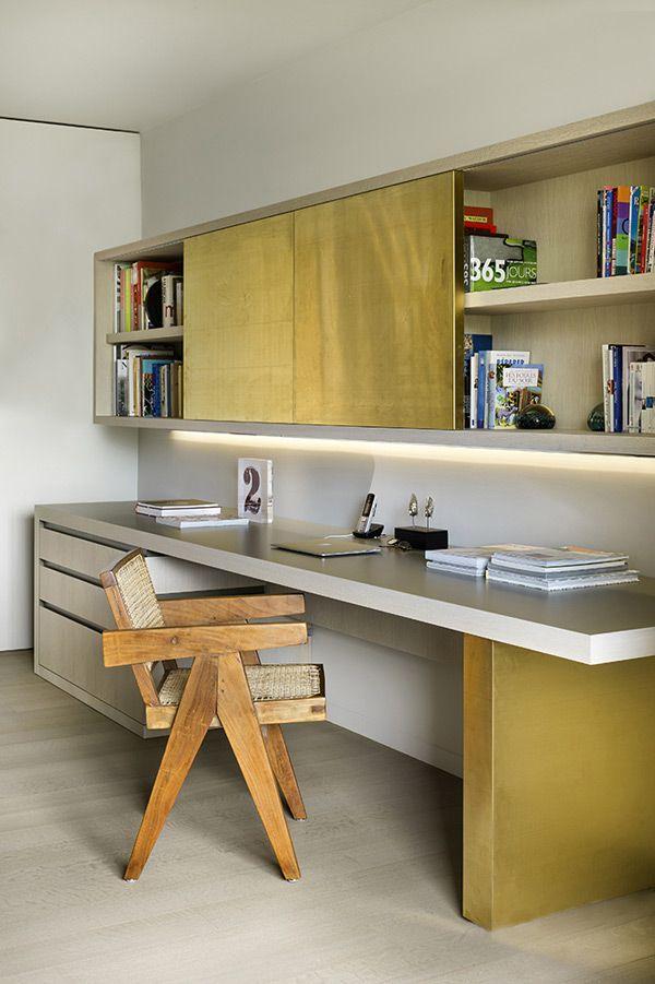 Estúdio Lorena Couto se inspira em: marcenaria dourada contrasta com a rusticidade da madeira bruta no design da cadeira
