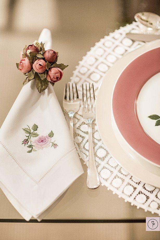 Para compor a mesa, jogos americanos rendados feitos à mão, louça bouquet muito delicada e sousplat, talheres e marcadores de lugar em prata.