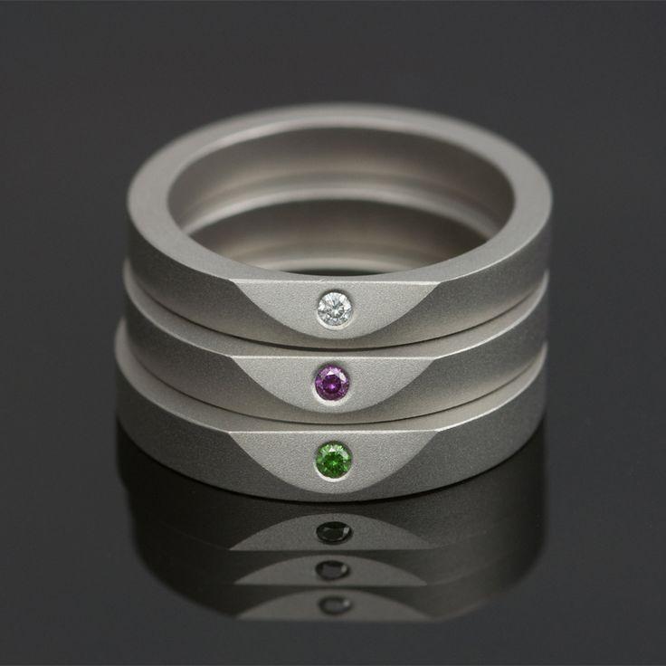 Ringen 'Less Is More' van Marc Lange, titanium bezet met gekleurde diamanten. Vanaf E190,=.