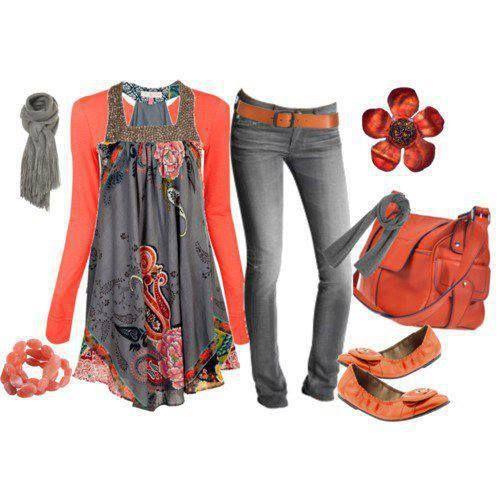 spijkerbroek of grijze broek met grijze blouse en koraal jasje