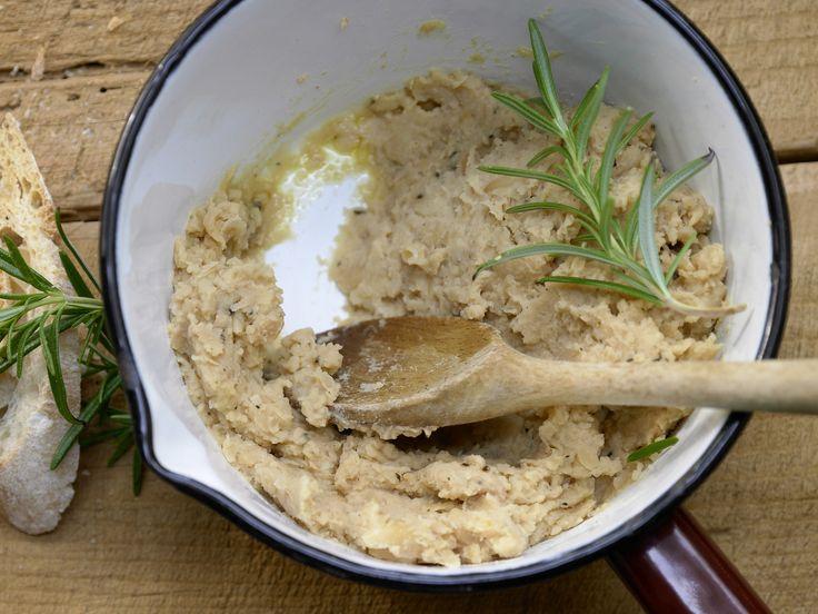 Diesen Dip müsst Ihr probieren. Passt z.B. zu Gemüsesticks und Brot. Würziger Bohnen-Dip - mit Knoblauch und Rosmarin - smarter - Kalorien: 113 Kcal - Zeit: 10 Min. | eatsmarter.de