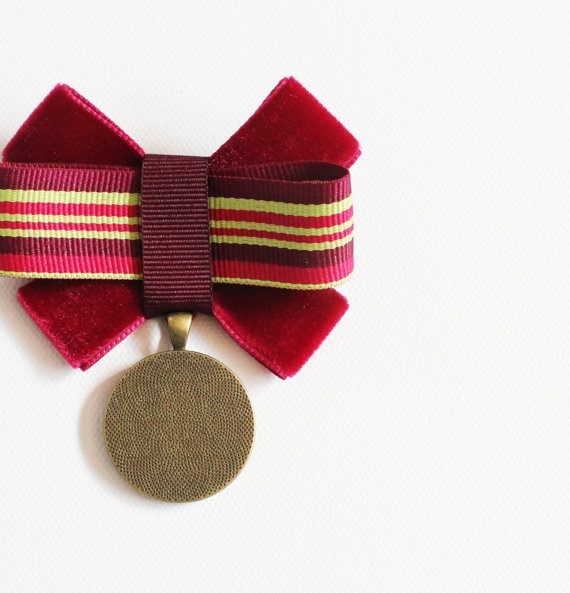 Military style brooch