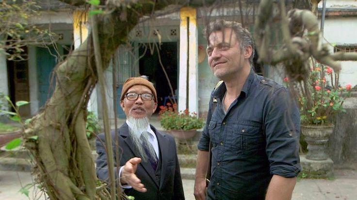 """<p>La médecine traditionnelle vietnamienne est en perpétuel mouvement. La très forte influence de la doctrine chinoise et l'intégration de la médecine occidentale l'obligent à se positionner et à se réinventer sans cesse. Bernard Fontanille part à la rencontre d'un personnage hors du commun : Dao Kim Long, 76 ans, qui a donné naissance à la """"Nam Y"""", la nouvelle médecine vietnamienne.</p>"""