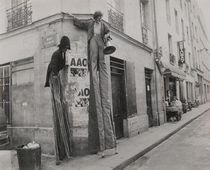 Parigi, Teatro di strada, 1979. by Mario Dondero