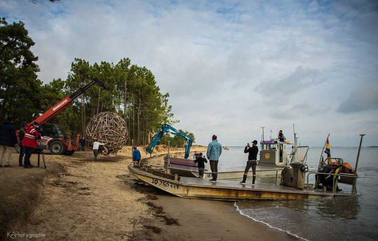 14 novembre 2016 - Transfert de la sphère de Philippe Ardy, de la plage de Gatseau au Château d'Oléron, par barge