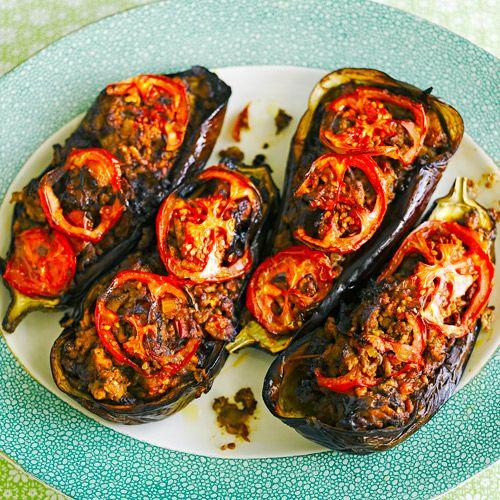 Wist je dat de aubergine officieel een vrucht is? De smaak van aubergine is vrij neutraal, waardoor je er eindeloos mee kunt variëren in de keuken. In dit smaakvolle recept wordt de aubergine compleet in een nieuw jasje gestoken. Het gebruik van...