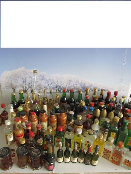 miniaturebottle collection/verzameling 125 vintage likeur miniaturebottles period 1950- 1990  Verzameling van 125 verschillende likeur miniatuurflesjes bestaande uit o.a. 6 zeldzame kleine champagne flesjes bokma genever en likeurenverschillende aparte duitse likeurflesjes Franse en spaanse flesjesleuke serie met Martini flesjes brandy en armagnac flesjesGriekse flesjes zoals Ouzo een aantal stenen kruikjes met jenever. Op een enkel flesje na zijn ze allemaal vol en afgesloten en in prima…
