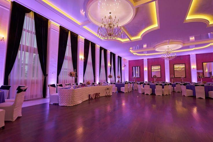 Decor nuntă alb&mov in salonul mare Aerostar si lumini ambientale profesionale  #decor #nunta #alb_mov #luminiambientale #sfeșnice_cu_flori #Aerostar
