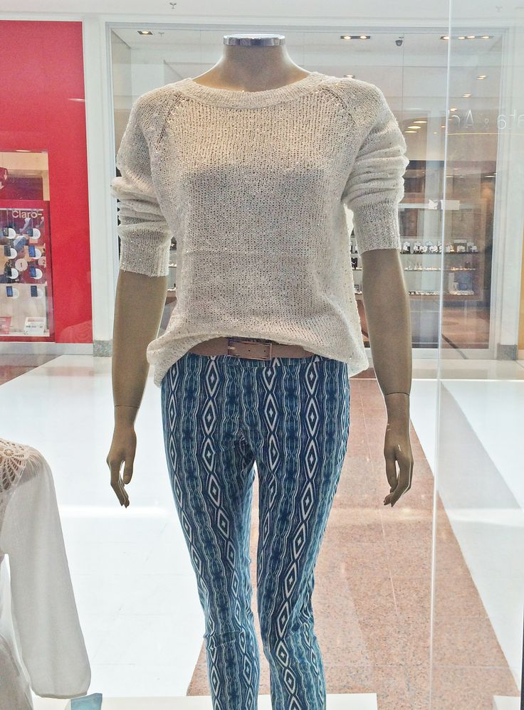 A calça estampada virou tendência no mundo fashion e custa apenas R$ 57,52 e deixa o look cheio de estilo! A blusa, que custa R$ R$ 85,90,  de fio nude dá o toque profissional para o visual. Esse look incrível para arrasar no trabalho você encontra na Claunt do Shop São José!
