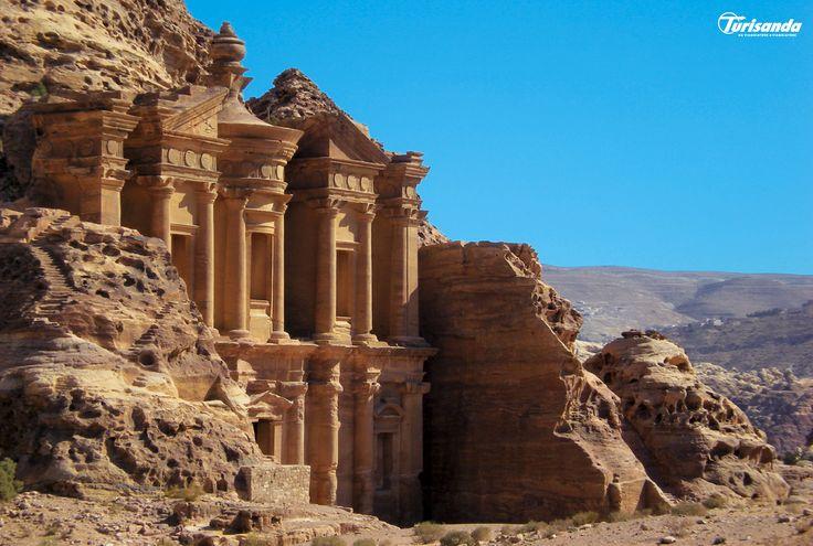 Una terra ricca di storia e fascino... Lasciati coinvolgere dal fascino misterioso e dall'imponenza della meravigliosa Petra.