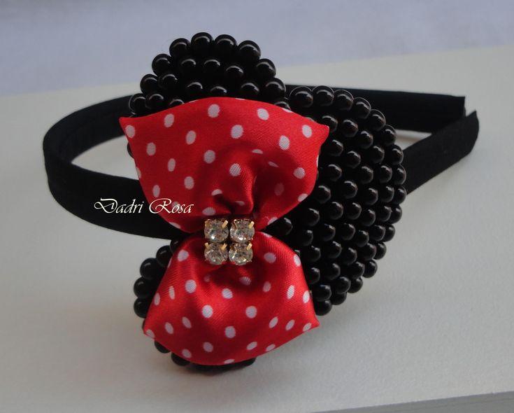 Tiara minie de perolas preta, laço cetim vermelho poá branco