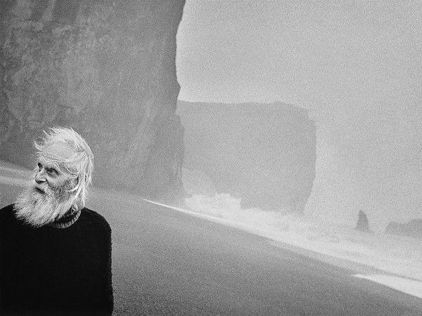 """""""Artico.+Ultima+frontiera"""",+è+il+titolo,+insieme+evocativo+e+profetico,+della+mostra+alla+Casa+dei+Tre+Oci+a+Venezia.Gli+obiettivi+dei+tre+maestri+della+fotografia+Paolo+Solari+Bozzi,+Ragnar+Axelsson+e+Carsten+Egevang,+puntano+verso+quella+vasta+area+del+pianeta+Terra+che+comprende+la+Groenlandia,+la+Siberia,+l'Alaska+e+l'Islanda,+focalizzandosi+sull'esistenza+del+popolo+Inuit.120+scatti+in+bianco+e+nero+esplorano+paesaggi+incontaminati+e+orizzonti+siderali+lambiti+d..."""